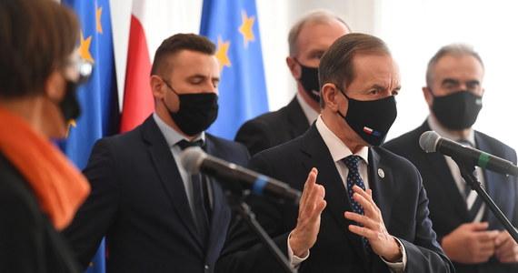 Spodziewam się, że Sejm będzie musiał się zebrać w poniedziałek lub wtorek - zapowiedział marszałek Senatu. Tomasz Grodzki przyznał, że głosowania w Senacie zaplanowane są na piątkowe popołudnie. Wśród nich nowelizacja ustawy covidowej, zawężająca grupę medyków, którym będzie przysługiwał dodatek finansowy.