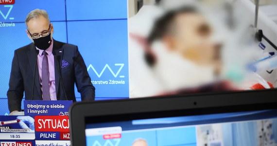 """""""Jest ryzyko trzeciej fali zachorowań, szpitale tymczasowe są zabezpieczeniem na tę sytuację; do marca nie będzie decyzji o rezygnacji ze szpitali tymczasowych"""" – mówił podczas środowej konferencji minister zdrowia Adam Niedzielski. Jak dodał, ministerstwo monitoruje zasób łóżek dla pacjentów covidowych i zapewnił, że jest mniej sytuacji, gdy karetki z chorymi muszą długo czekać na przyjęcie do szpitala."""