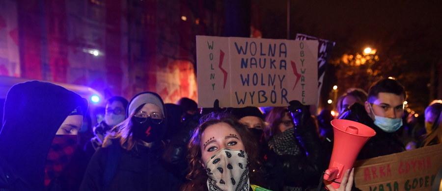 """Natężenie opozycyjnej akcji """"ulica i zagranica"""" osiągnęło w ostatnim czasie w naszym kraju iście pandemiczne rozmiary, niestety nie widać na horyzoncie sposobu, by te – bardzo niekorzystne dla Polski - mechanizmy choćby nieco tonować. Dystans społeczny tu nie pomoże, a obserwowany coraz wyraźniej między stronami sporu dystans informacyjny tylko pogarsza sytuację. Nie widać też po opozycyjnej stronie opinii publicznej refleksji, że gdzie drwa na froncie totalnej wojny z PiS-em rąbią, tam wióry lecą. I te wióry mogą zaszkodzić nam wszystkim. No, prawie wszystkim..."""