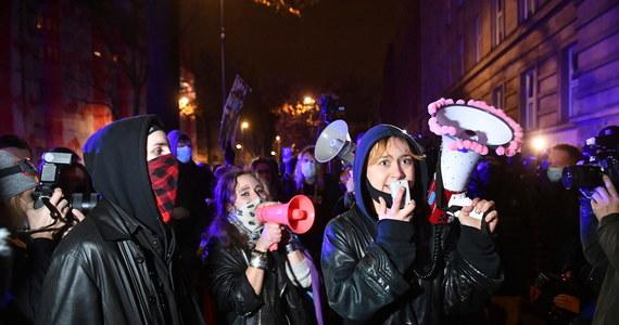 Po godz. 20 zakończył się protest przeciwko brutalności policji, który w szczytowym momencie zgromadził przed Sejmem ok. 100 osób. Wśród uczestników demonstracji byli również posłowie opozycji - posłanka Lewicy Joanna Scheuring-Wielgus i poseł KO Michał Szczerba.