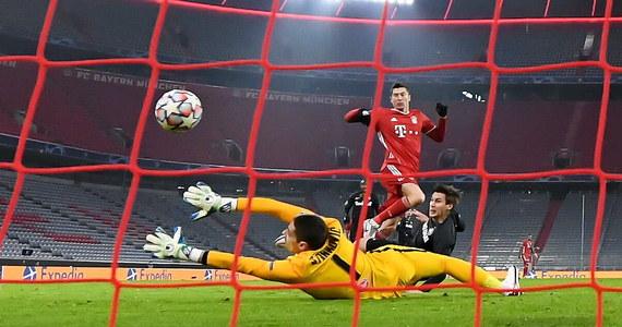 Robert Lewandowski awansował w środę na trzecie miejsce w klasyfikacji strzelców wszech czasów Ligi Mistrzów. Piłkarz Bayernu Monachium zdobył jedną z bramek w meczu z RB Salzburg (3:1) i łącznie ma ich 71. Bawarczycy są już pewni gry w 1/8 finału.