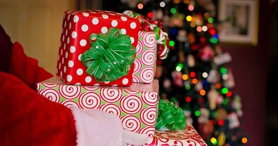 Boris Johnson zapewnił dzieci, że Święty Mikołaj będzie mógł przyjechać w Boże Narodzenie – mimo wprowadzonych z powodu epidemii koronawirusa restrykcji w podróżowaniu. Taki wpis szef brytyjskiego rządu umieścił na Twitterze. To odpowiedź na list 8-letniego Montiego, który boi się, czy w tym roku znajdzie pod choinką prezenty.