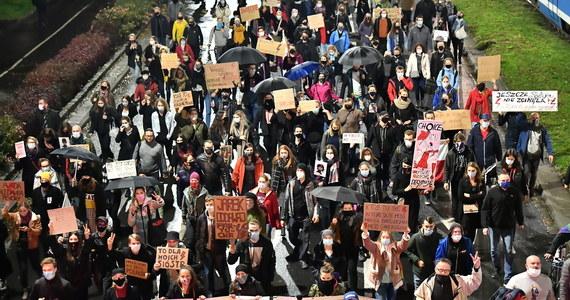 Prokuratura Okręgowa w Warszawie wszczęła śledztwo dot. protestów Strajku Kobiet przeciwko zaostrzeniu prawa aborcyjnego. Demonstracje przetaczają się przez Polskę od ponad miesiąca. W prokuratorskim postępowaniu badany jest m.in. wątek sprowadzenia zagrożenia epidemiologicznego i wtargnięć protestujących do kościołów.