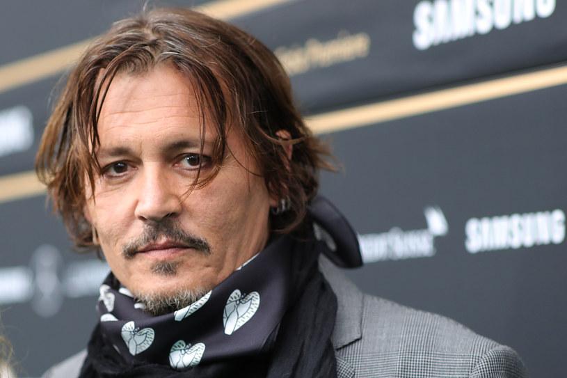 """Choć  Johnny Depp zapowiedział, że nie zamierza rezygnować z walki o swoje dobre imię, to jednak plany może mu pokrzyżować decyzja brytyjskiego sędziego, w wyniku której gwiazdor nie może odwoływać się od wyroku, jaki zapadł na początku listopada. Aktor przegrał wtedy proces, jaki wytoczył gazecie """"The Sun"""", która w jednym ze swoich artykułów określiła go mianem """"żonobijcy""""."""