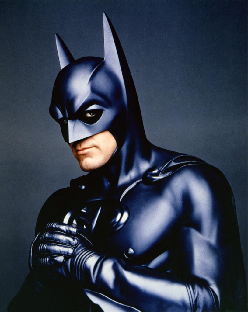 """Wraz ze zbliżającą się premierą najnowszego filmu George'a Clooneya zatytułowanego """"Niebo o północy"""", powoli rusza machina promocyjna tej produkcji Netfliksa. W wywiadzie udzielonym z tej okazji magazynowi """"GQ"""" aktor wrócił jednak pamięcią do zmiażdżonego przez fanów i krytyków filmu """"Batman i Robin"""", w którym wcielił się w rolę zamaskowanego mściciela. """"Byłem w tym okropny"""" – ocenił Clooney."""