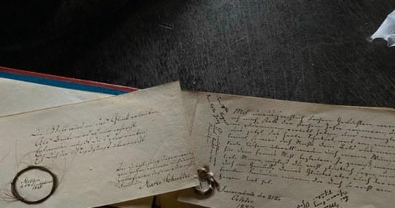 Gdy nie było mediów społecznościowych, istniały pamiętniki. Każdy ze znajomych mógł zostawić tam dowolnej treści wpis. Pamiętnik sprzed ponad 200 lat znaleziono właśnie w Świnoujściu, w gruzach z remontowanego domu.