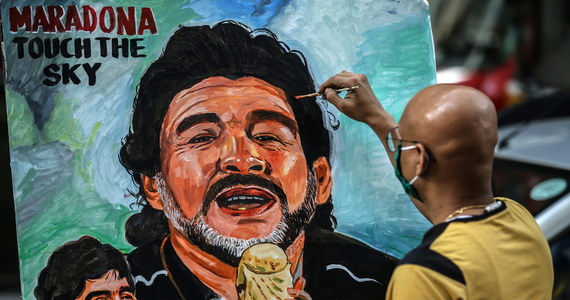 Syn zmarłego w środę Diego Maradony o śmierci ojca dowiedział się od dziennikarza. Diego Maradona Junior leży w szpitalu w wyniku powikłań po przejściu koronawirusa, a dziennikarz zadzwonił do niego po komentarz po śmierci legendy futbolu.