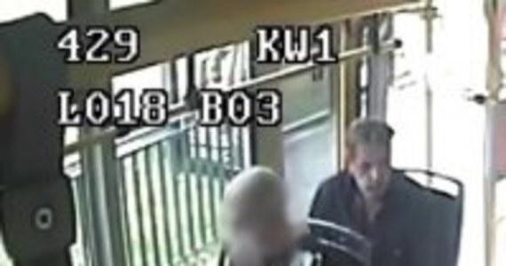 Policja publikuje wizerunek mężczyzny, który w Poznaniu napadł i molestował seksualnie kobietę. 60-latek zaatakował na przystanku komunikacji miejskiej.