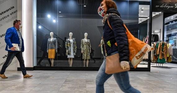 Od soboty przywrócone zostanie funkcjonowania sklepów i usług w galeriach i parkach handlowych w ścisłym reżimie sanitarnym, z wyłączeniem działalności polegającej na prowadzeniu sal zabaw - zakłada rozporządzenie przyjęte przez Radę Ministrów w trybie obiegowym z autopoprawkami.