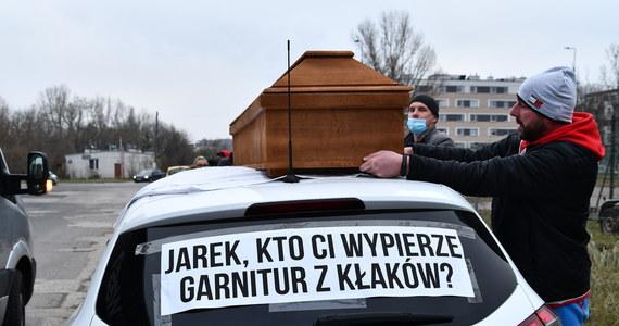 Właściciele i pracownicy pralni protestowali dziś w Warszawie. Domagali się rządowej pomocy i wpisania do kolejnych tarcz antykryzysowych.