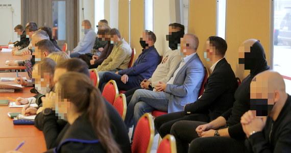 W Sądzie Rejonowym w Ostródzie rozpoczął się proces siedemnastu policjantów z komendy miejskiej w Olsztynie oskarżonych m.in. o stosowanie tortur. Łącznie prokuratura postawiła im 72 zarzuty.