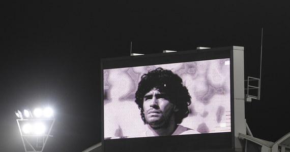 Diego Maradona spoczął na cmentarzu Jardin de Paz - Ogród Pokoju - na obrzeżach Buenos Aires. W uroczystości pogrzebowej uczestniczyli wyłącznie członkowie rodziny i najbliżsi współpracownicy jednego z najwybitniejszych piłkarzy w historii. Wcześniej trumna z ciałem Maradony wystawiona została w Pałacu Prezydenckim: kiedy zgodnie z planem zamknięto dostęp do niej, tłum kibiców, którzy nie zdążyli się z Maradoną pożegnać, starł się z policją.