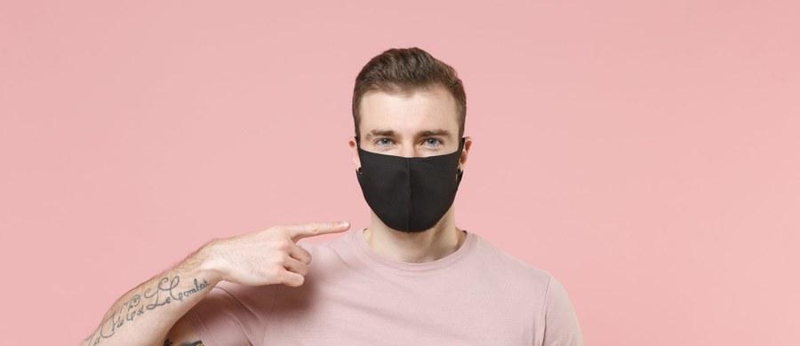 Od wielu miesięcy nie rozstajemy się z maseczkami. Choć stanowią kluczową ochronę przed rozprzestrzenianiem się wirusa, to warto przy okazji ich noszenia zwrócić szczególną uwagę na zdrowie naszych zębów i dziąseł. Maseczki mogą sprzyjać suchości w ustach, a przez to zwiększać ryzyko m.in. próchnicy. Jest w tym też trochę naszej winy. Jak zapobiec problemom, a jednocześnie zachować ochronę przed koronawirusem?