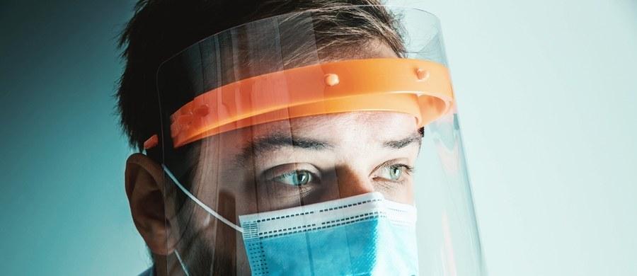 """17 lekarek i lekarzy z małopolskich szpitali zaangażowanych w walkę z pandemią wcieli się w postacie z bajek w niecodziennym kalendarzu """"Lekarze jak z bajki"""", który powstaje w krakowskim Teatrze Groteska. Dochód ze sprzedaży tego niecodziennego kalendarza zostanie przeznaczonych na zakup środków ochrony osobistej dla pracowników szpitali."""