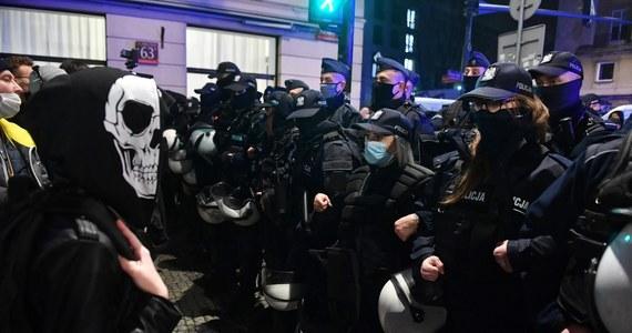 Jeśli policja nadal będzie nadużywała siły wobec protestujących na ulicach, Warszawa może wstrzymać dofinansowanie garnizonu stołecznego. Taką groźbę do kierownictwa policji skierował Rafał Trzaskowski. To reakcja na zajścia, jakie miały miejsce podczas manifestacji kobiet, sprzeciwiających się zaostrzeniu prawa aborcyjnego.