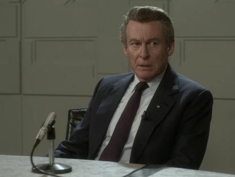 """Czwarty sezon serialu Netfliksa """"The Crown"""" miał premierę niespełna dwa tygodnie temu i od tego czasu wciąż budzi ogromne zainteresowanie fanów. Ale oprócz wielu pochwał pod adresem produkcji stworzonej przez Petera Morgana, można znaleźć też sporo krytyki. Kolejna pochodzi ze strony australijskiej stacji telewizyjnej ABC, która zarzuca twórcom serialu, że znalazły się w nim słowa wypowiedziane przez byłego premiera Australii, Boba Hawke'a. Problem w tym, że cytat jest całkowicie zmyślony."""