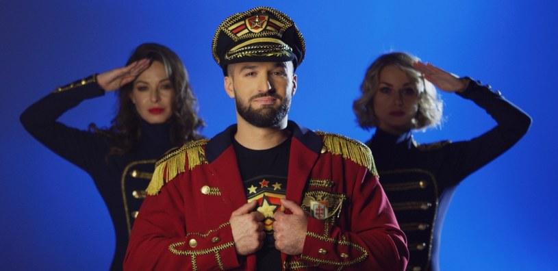 Na polskiej scenie tanecznej pojawił się nowy projekt Capitan Folk. Kto stoi za pomysłem połączenia biesiady i wojskowych rytmów?