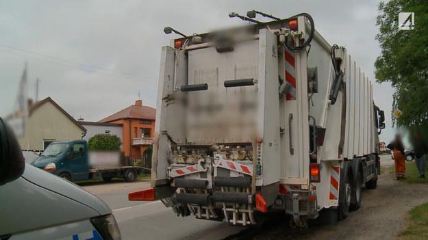 Starszy mężczyzna chciał wyminąć śmieciarkę na drodze. Niestety podczas manewru zahaczył o nią. Jak wyglądało dokładnie to zdarzenie? Sprawdzą to policjanci, a towarzyszyć im będą operatorzy programu STOP Drogówka.