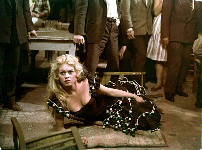 """Brigitte Bardot stała się sławna w wieku 22 lat dzięki roli w filmie """"I Bóg stworzył kobietę"""" z 1956 roku. Dzieło, które do kinematografii wprowadziło rozluźnienie obyczajowe, wyreżyserował jej mąż, Roger Vadim. Właśnie mijają 64 lata od premiery filmu."""