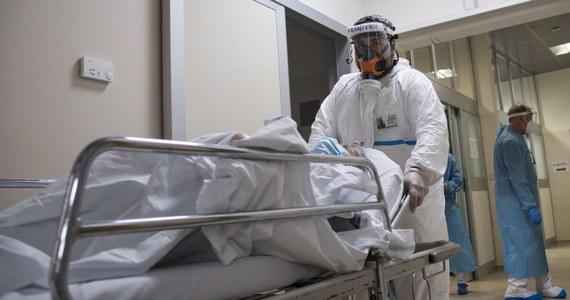 O 15 178 nowych zakażeniach koronawirusem i śmierci 599 chorych na Covid-19 poinformował dzisiaj resort zdrowia. Tym samym całkowita liczba wykrytych w Polsce od początku pandemii przypadków przekroczyła 973 tysiące, a liczba ofiar śmiertelnych sięga już 16 746. W tej chwili w polskich szpitalach przebywa blisko 21,5 tysiąca pacjentów z Covid-19, a ponad 2 tysiące z nich potrzebują respiratorów.