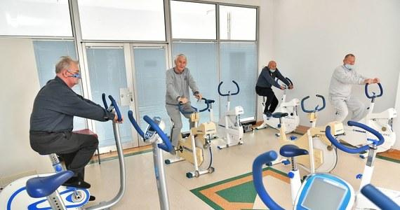 Problemy z oddychaniem, duszność i długo utrzymujące się osłabienie to najczęstsze, ale nie jedyne problemy zdrowotne osób, które chorowały na Covid-19. W Szpitalu Specjalistycznym MSWiA w Głuchołazach, w którym realizowany jest pilotażowy program kompleksowej rehabilitacji po koronawirusie, pomoc znajdują także pacjenci m.in. z objawami neurologicznymi. W ośrodku jest obecnie ok. 60 łóżek. Ta baza jest już powiększana do ponad 80 miejsc.