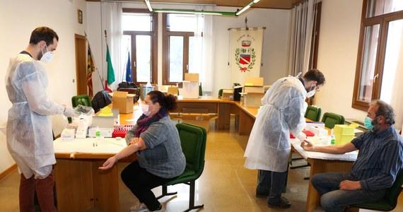 686 następnych osób zmarło ostatniej doby we Włoszech na Covid-19, potwierdzono 26 323 nowe zakażenia koronawirusem - poinformowało w sobotę Ministerstwo Zdrowia. Dane wskazują na poprawę sytuacji z porównaniu z poprzednimi dniami i stabilizację liczby infekcji.