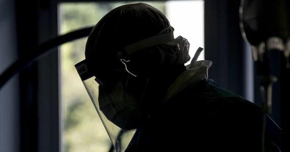 Liczba ofiar śmiertelnych związanych z Covid-19 przekroczyła w Europie 400 tysięcy - wynika z najnowszego bilansu agencji AFP. Stary Kontynent jest drugą po Ameryce Łacińskiej i Karaibach najbardziej dotkniętą pandemią koronawirusa częścią świata.