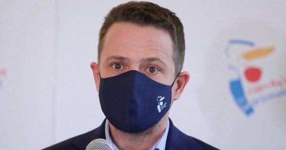 Uważam, że trzeba zliberalizować prawo aborcyjne - powiedział prezydent Warszawy Rafał Trzaskowski w rozmowie z TVN24. Podkreślił, że decyzja powinna być w rękach kobiety. Dodał, że PO jako partia nie ma jednoznacznego stanowiska w tej sprawie - nie tak dawno były lider Grzegorz Schetyna mówił, że jest przeciwko aborcji na życzenie.