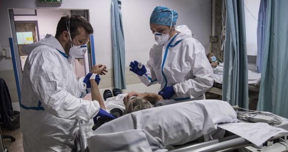 Ministerstwo Zdrowia informuje o 11 483 nowych przypadkach zakażenia koronawirusem. Ostatniej doby zmarło 283 chorych na Covid-19. Bilans epidemii koronawirusa w Polsce to 985 075 zakażonych. 17 029 spośród nich zmarło.