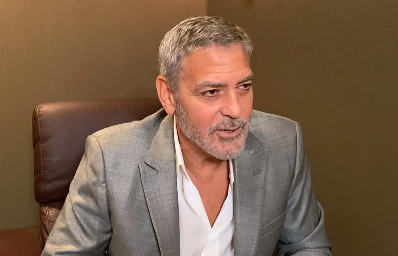 """Wyreżyserowane przez George'a Clooneya """"Niebo o północy"""" nie będzie jedyną produkcją, z jaką związany jest ten popularny aktor, która zadebiutuje w tym roku. 16 grudnia stacja HBO pokaże wyprodukowany przez niego dokument zatytułowany """"The Art of Political Murder"""". Właśnie pojawił się zwiastun tego filmu."""