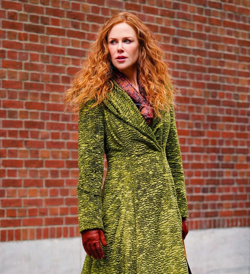 """Nowy serial HBO """"Od nowa"""" z gwiazdorską obsadą: Nicole Kidman i Hugh Grantem w rolach głównych, zyskał już wierne grono fanów. Jednak nie tylko serialowi bohaterowie wzbudzili emocje. Tyle samo uwagi prasa poświęciła bowiem płaszczom, które aktorka prezentuje na małym ekranie."""