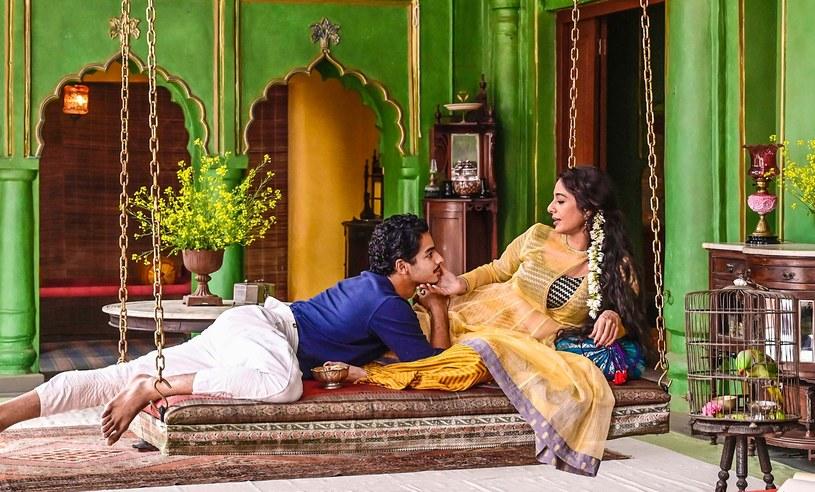 Indie żyją kontrowersjami wokół serialu dostępnego na platformie Netflix. Twórcy oskarżani są o sfilmowanie sceny pocałunku na terenie hinduskiej świątyni. Policja wszczęła śledztwo z paragrafu o obrazie uczuć religijnych.