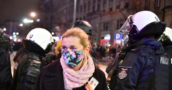 Sprawa zostanie wyjaśniona - tak o użyciu gazu przez funkcjonariusza wobec posłanki Barbary Nowackiej mówi rzecznik stołecznej policji. Do zdarzenia doszło wczoraj, podczas Strajku Kobiet w Warszawie. Jak widać na zdjęciach zamieszczonych w internecie, parlamentarzystka została spryskana gazem już po tym, jak pokazała policjantowi legitymację poselską.
