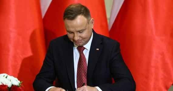 Prezydent Andrzej Duda podpisał ustawę, która przewiduje, że dodatki za pracę przy Covid-19 będą otrzymywać jedynie medycy skierowani do niej przez wojewodę - wynika z niedzielnego komunikatu Kancelarii Prezydenta.