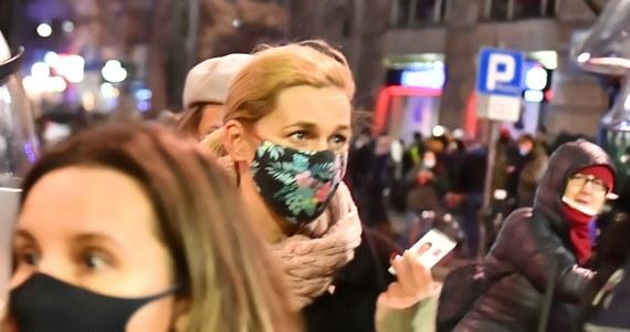 """""""Osoba, która pomimo wezwań do odsunięcia się od policyjnego szyku, celowo nadal się zbliża i nagle wyciąga rękę z jakimś przedmiotem przed twarz policjanta, może być odebrana jako zagrożenie"""" - tak stołeczna policja tłumaczy wczorajszy incydent, do którego doszło podczas Strajku Kobiet. Posłanka KO Barbara Nowacka została spryskana gazem, mimo że pokazywała funkcjonariuszowi swoją legitymację poselską."""