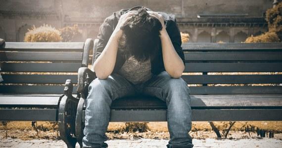 """20,7 mln opakowań antydepresantów na receptę kupiliśmy już w tym roku. To ponad milion więcej niż rok wcześniej. O połowę wzrosła też liczba dni na L4 z powodu zaburzeń psychicznych - pisze poniedziałkowa """"Rzeczpospolita""""."""