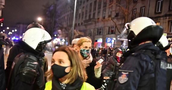 """""""Policjant widział stojącą koło blokady kobietę, osobę 170 cm wzrostu, nieuzbrojoną. To nie jest powód do rozpylenia jej dwukrotnie gazu w oczy, bez względu na to, czy ma legitymację poselską, prasową, czy cokolwiek innego"""" - przyznała w rozmowie z reporterem RMF FM Mariuszem Piekarskim Barbara Nowacka, komentując sobotni incydent z jej udziałem, który miał miejsce podczas protestu Strajku Kobiet w Warszawie. Posłanka Koalicji Obywatelskiej zaprzecza także wersji wydarzeń, jaką przedstawiła wczoraj stołeczna policja. Według służb, to Nowacka miała """"pchać się w szyk mundurowych"""". """"Chciałabym mieć tyle siły, żeby przepchnąć tarczę zwartego kordonu"""" - powiedziała działaczka. Koalicja Obywatelska złożyła dziś z kolei zawiadomienie do prokuratury dotyczące zachowania mundurowych na proteście."""