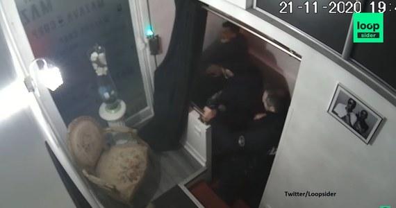 Czterej francuscy policjanci zostali postawieni w stan oskarżenia w związku z brutalnym atakiem na czarnoskórego producenta muzycznego Michela Zeclera w Paryżu; dwóch z nich aresztowano - poinformowała w poniedziałek nad ranem prokuratura.