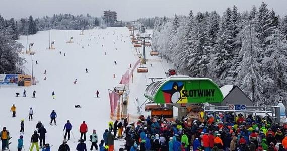 Mimo wprowadzonych obostrzeń, w miniony weekend nielicznie otwarte wyciągi narciarskie były pełne miłośników białego szaleństwa. Gestorzy stacji deklarują, że wyciągną konsekwencje, aby jeszcze bardziej poprawić na nich bezpieczeństwo. Policja zapowiada kontrole.