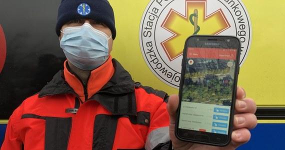 """W Olsztynie powstała pierwsza na świecie aplikacja dla ratowników medycznych, która w połączeniu z technologią internetu rzeczy umożliwia zdalne otwieranie szlabanów i klatek schodowych. """"To duża pomoc w dotarciu do potrzebujących"""" - mówią ratownicy."""
