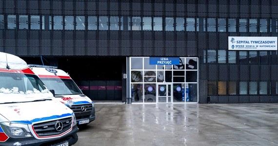 Nasz hamulec bezpieczeństwa, czyli restrykcje wprowadzone w związku z epidemią koronawirusa przynoszą zamierzony skutek, wygrywamy z epidemią, liczba zakażeń spada - podkreślił w poniedziałek premier Mateusz Morawiecki. Według ministerialnych danych w poniedziałek potwierdzono w Polsce 5 733 nowych przypadków koronawirusa.