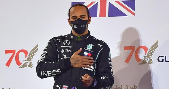 Mistrz świata Formuły 1 Brytyjczyk Lewis Hamilton uzyskał pozytywny wynik testu na koronawirusa i nie wystąpi w niedzielę (6 grudnia) w zawodach Grand Prix Sakhir - poinformował w komunikacie jego team Mercedes.