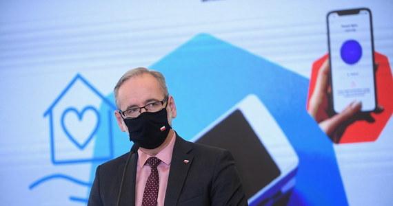 """""""Od wtorku testy antygenowe można już przeprowadzać w Podstawowej Opiece Zdrowotnej, prezes NFZ wydał zarządzenie w tej sprawie; od środy będą podawane w statystykach zakażeń koronawirusem"""" – powiedział minister zdrowia Adam Niedzielski."""