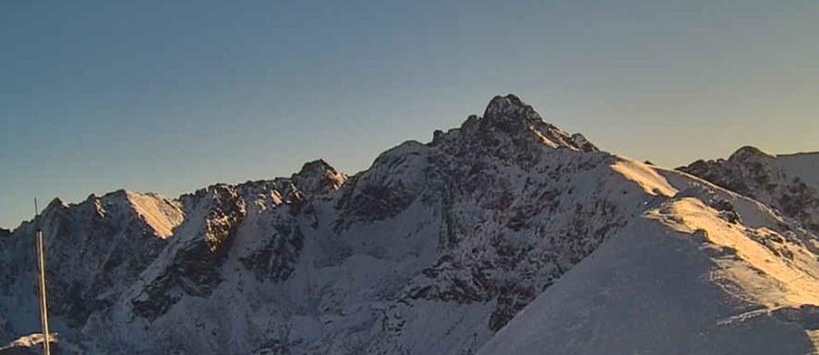 W Tatrach wystąpiła inwersja, to zjawisko, które polega na tym, że na szczytach jest cieplej niż na dole. Na Kasprowym Wierchu rano termometry wskazywały minus cztery stopnie, a w Zakopanem dziewięć stopni mrozu. To znak, że nadchodzi halny. Pierwsze podmuchy mają wystąpić w czwartek – poinformował dyżurny Wysokogórskiego Obserwatorium IMGW.