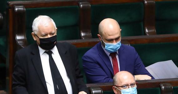 """""""Polacy oczekują od wicepremiera Jarosława Kaczyńskiego odpowiedzi na pytanie, kto dzisiaj odpowiada za bezpieczeństwo na ulicach"""" - uważają posłowie KO. Zwrócili się też do marszałek Sejmu, by wniosek o wotum nieufności wobec Kaczyńskiego był rozpatrywany w piątek. Rzeczniczka PiS Anita Czerwińska stwierdziła, że wniosek jest """"niepoważny""""."""