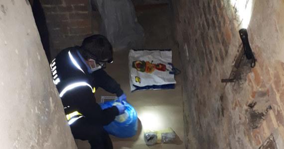 Policjanci zatrzymali 41-latka, który miał odkopać zwłoki swojego ojca na cmentarzu. Rzeczniczka otwockiej policji Paulina Harabin poinformowała, że w mieszkaniu mężczyzny, oprócz szczątek zmarłego, znaleziono także kilka woreczków z amfetaminą.