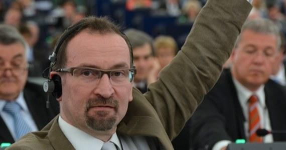 Belgijscy policjanci wdarli się na nielegalnie spotkanie towarzyskie w Brukseli. Jak podają media, na imprezie uprawiano grupowy seks, a uczestnikami byli głównie mężczyźni. Wszyscy zgromadzeni zostali ukarani grzywnami za złamanie restrykcji covidowych. Wśród ukaranych osób jest europoseł Parlamentu Europejskiego. Okazało się, że to József Szájer z konserwatywnego węgierskiego Fideszu.