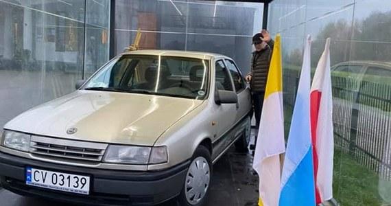 A dokładnie Opel Vectra A, czyli pojazd z lat 90. Jego wiek nie jest na tyle istotną kwestią, która sprawiła, że auto jest teraz opancerzone. Chodzi o jego historię, a dokładnie pasażera, którego woził właśnie ten samochód.