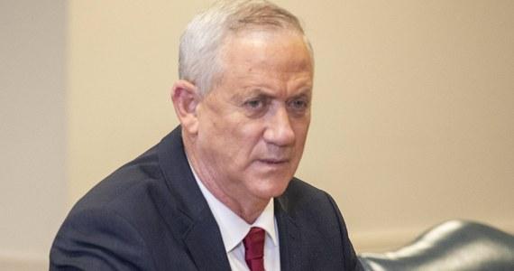 Beni Ganc, minister obrony Izraela i lider koalicyjnej partii Niebiesko-Biali, zapowiedział we wtorek, że zamierza zagłosować za wnioskiem opozycji wzywającym do rozwiązania Knesetu i przeprowadzenia nowych wyborów. Głosowanie w tej sprawie w izraelskim parlamencie odbędzie się w środę.