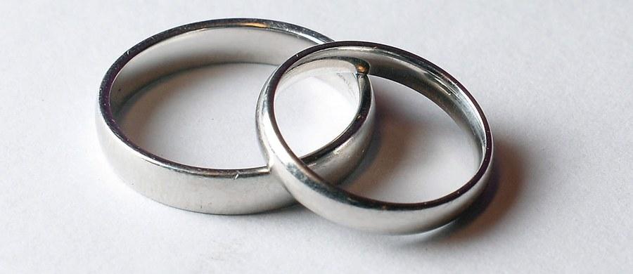 """Lewica przygotowała projekt zmian w Kodeksie rodzinnym i opiekuńczym, którzy przewiduje, że rozwodu za zgodą obu stron mógłby udzielać Urzędy Stanu Cywilnego. """"To miałoby przyspieszyć rozwody i odblokować sądy"""" – tłumaczył poseł Marek Dyduch, odpowiedzialny za projekt."""